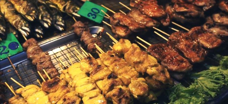 Вкусные тайские барбекю в Пангане - ночной рынок еды. Панган-Тайланд, ночная еда в Тае
