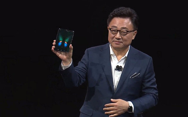 Презентация-нового-Samsung-Galaxy-Fold-удивительный-смартфон-с-гибким-дисплеем-презентация-самсунга-на-сцене