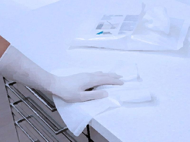 Дезинфицируйте поверхности, которые используются в общем доступе