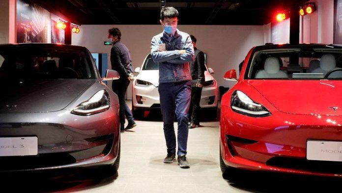 Лучшие новости: в Китае военным запрещено ездить на службу на автомобилях Tesla